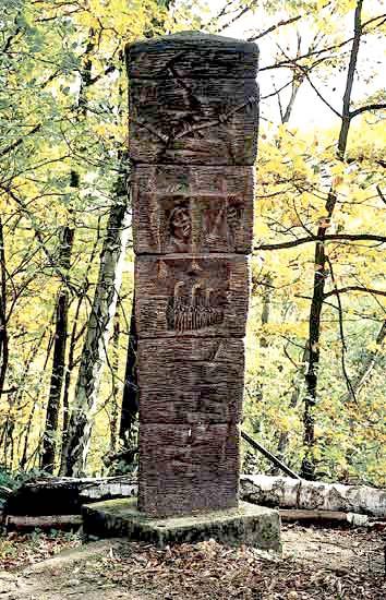 Stele vor der Chorhütte in der Sächsischen Schweiz